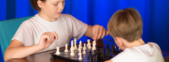 Children spend a game of chess . Proceeds blitz chess tournament in the palace .